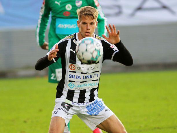 Santeri Haarala pommitti pallon yläkulmaan Lahdessa. Arkistokuva.