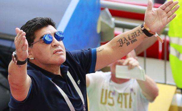 Diego Maradonan sekava katsomokäytös herätti kohua Venäjän MM-kisoissa.