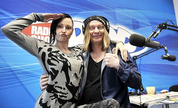 """Radio SuomiPOPIn Jari """"Jaajo"""" Linnonmaa ja Petra Kalliomaa."""