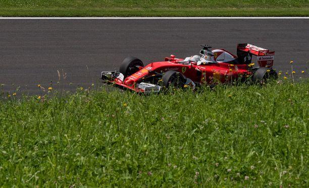 Sebastian Vettel menetti ajoneuvonsa hallinnan toisissa harjoituksissa.