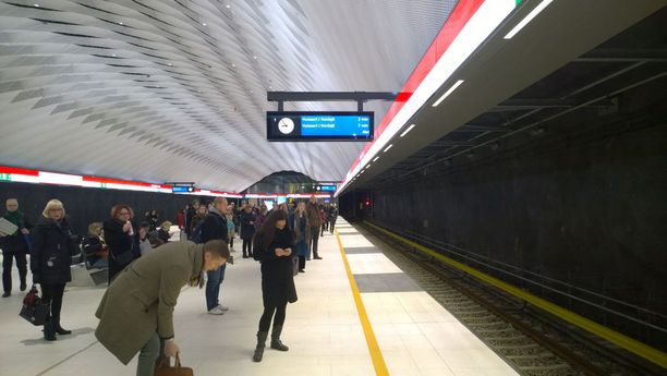 Länsimetron asemilla ei ole toistaiseksi erityistä ruuhkaa. Ensi viikolla tilanne voi muuttua, kun koululaiset ja loput lomalaiset palaavat. Kuva on Matinkylän asemalta.