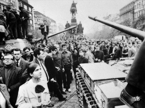 Tältä Wenceslasin aukio Prahassa näytti 21.8.1968.