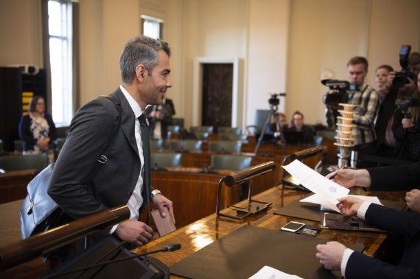 Hussein al-Taee kävi tiistaina eduskunnassa tarkistuttamassa valtakirjansa.