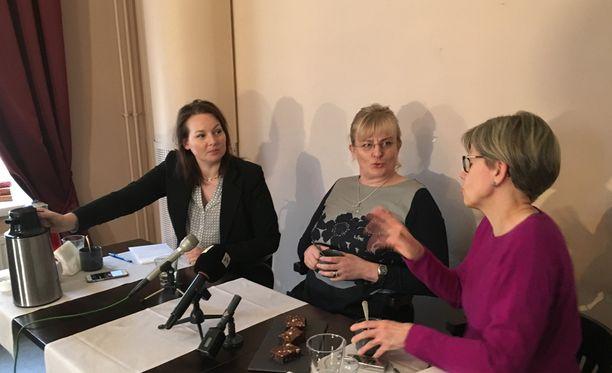 Sosiaali- ja terveysministeri Pirkko Mattila (keskellä) arvioi politiikan toimittajien lounastilaisuudessa, että Timo Soini on halukas jatkamaan perussuomalaisten puheenjohtajana.