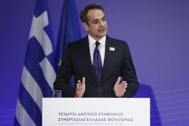 Pääministeri Kyriakos Mitsotakis vaatii hallitustaan mukaan koronatalkoisiin.