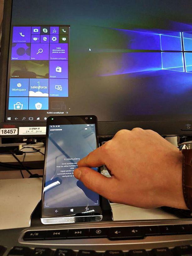 Puhelimen näyttöä voi käyttää kosketuslevynä, kun puhelin on yhdistetty näyttöön tai Lap Dock -telakkaan. Näytön kanssa telakkaan kannattaa tosin yhdistää ulkoinen näppäimistö ja hiiri.
