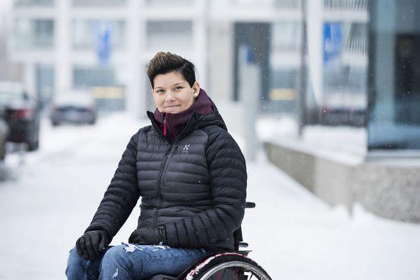 Foxell on edistynyt kävelyharjoituksissa. Hän joutui pyörätuoliin pieleen menneen suolistotähystyksen takia.