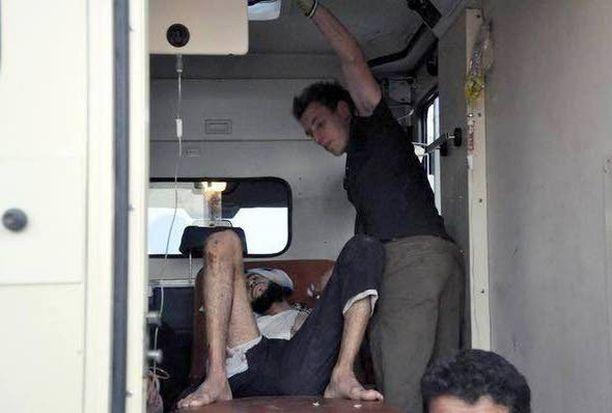 Elokuussa 2013 otetussa kuvassa ensihoitajana työskennellyt Kassig auttaa haavoittunutta miestä Deir ez-Zorissa Syyriassa.