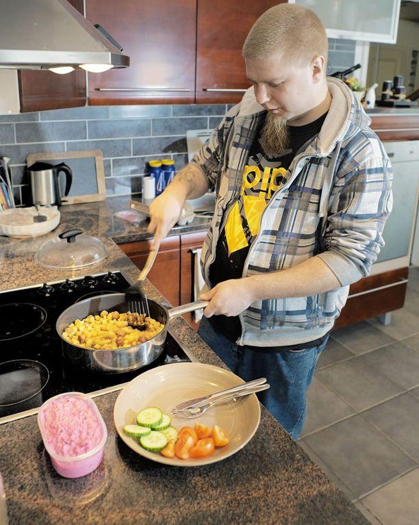 - Tiedän, että kaikki syömäni valmisruoat eivät ole sieltä terveellisemmästä päästä, Mikko tunnustaa.