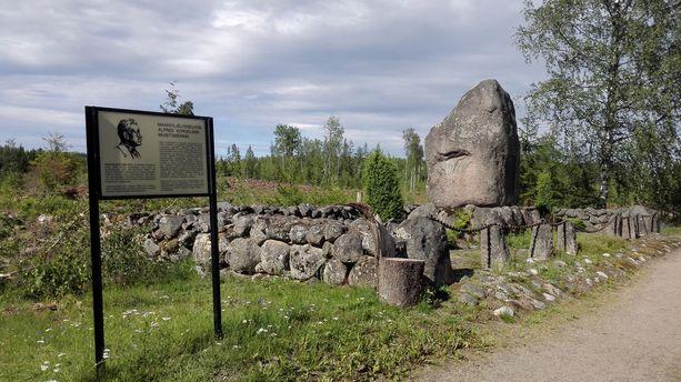 Alfred Kordelinin muistomerkki sijaitsee Hausjärven kunnan Mommilan kylässä, lähellä surmapaikkaa.