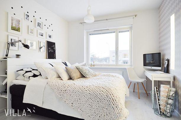 Mikä ihana idea! Tämän makuuhuoneen sängynpäädyssä on sekä säilytystilaa että laskutaso. Kirjat ja lamput löytävät helposti omat paikkansa.