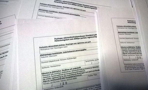 Eduskunnan kopiokoneiden luota on löytynyt paksuja pinoja Sininen tulevaisuus -puolueen kannattajakortteja.