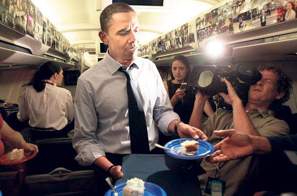 Synttärisankari Yhdysvaltain demokraattien presidenttiehdokas, senaattori Barack Obama, tarjoili toimittajille synttärikakkua lentokoneessaan. Obama täytti maanantaina 47 vuotta. Myös republikaanien ehdokas, John McCain, täyttää pian vuosia. Hänelle niitä onkin 29. elokuuta kertynyt jo peräti 72.