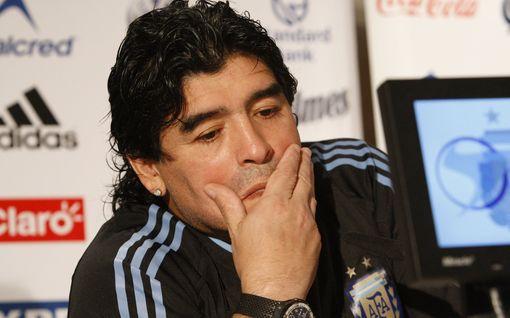 Hautausurakoitsija otti kuvan Diego Maradonan ruumiin kanssa – legendan läheinen ystävä raivostui
