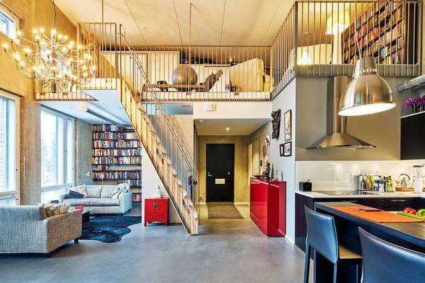 Kuinka kutsuva koti! Yksi iso tila, mutta monta erillistä soppea. Portaikon teräskaiteet ja betonilattia ovat tyypillistä loft-asunnon tyyliä.