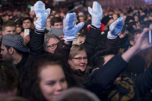 Yleisöä oli kerääntynyt hyvissä ajoin Helsingin Töölönlahden ympäristöön sankoin joukoin.