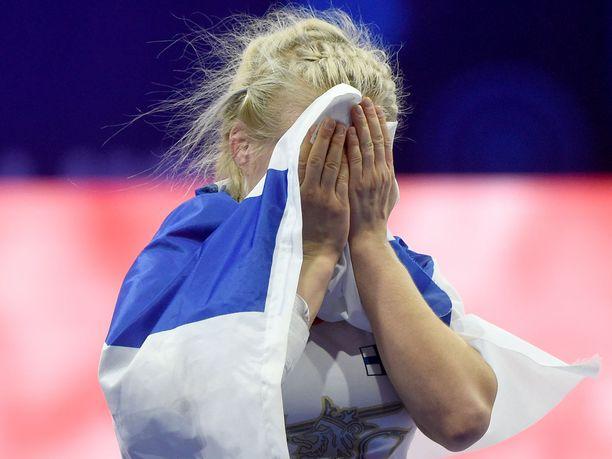 Petra Olli liikuttui kyyneliin voiton ratkettua dramaattisten vaiheiden jälkeen.