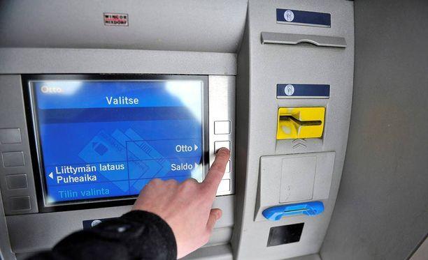 Varkaat iskevät pankkiautomaatilla ja vaihtavat uhrin kortin toiseen.