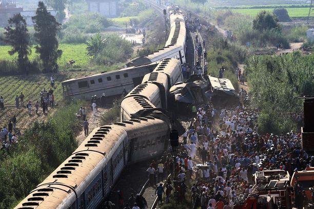 Takaapäin tullut juna törmäsi edellä kulkeneeseen junaan, jonka viranomaiset arvelevat pysähtyneen toimintahäiriön vuoksi.