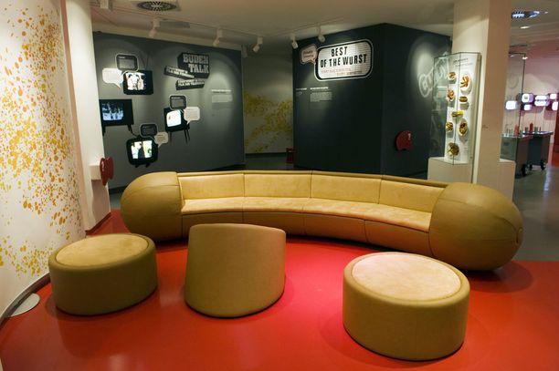 Makkaramuseossa voi istua teeman mukaisella sohvalla.