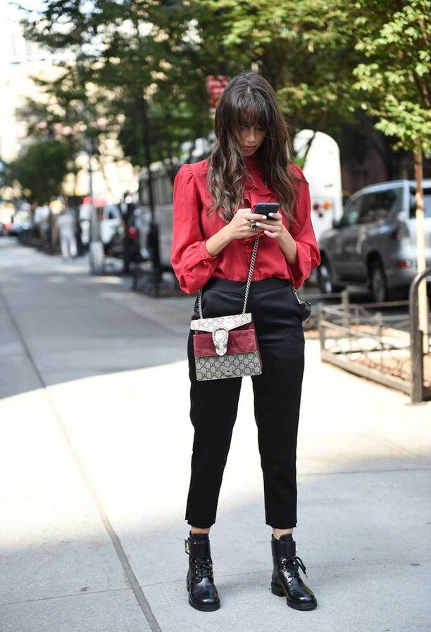 Röyhelöpaidat ovat nyt in. Erityisen hyvin näyttävä pusero toimii klassisten kapeiden, mustien housujen parina.
