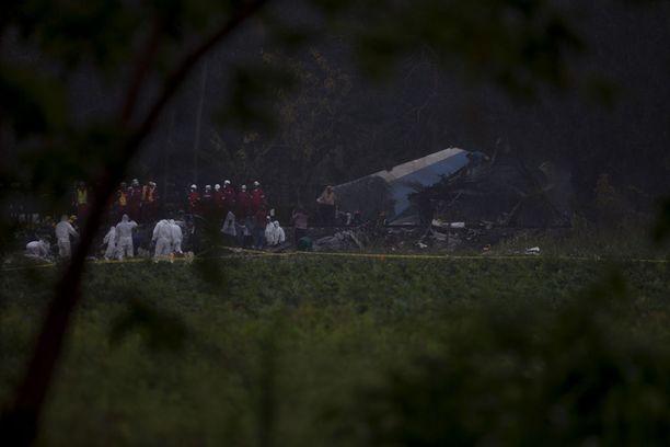 Pelastustyöntekijät tutkivat koneen hylkyä perjantai-iltana.