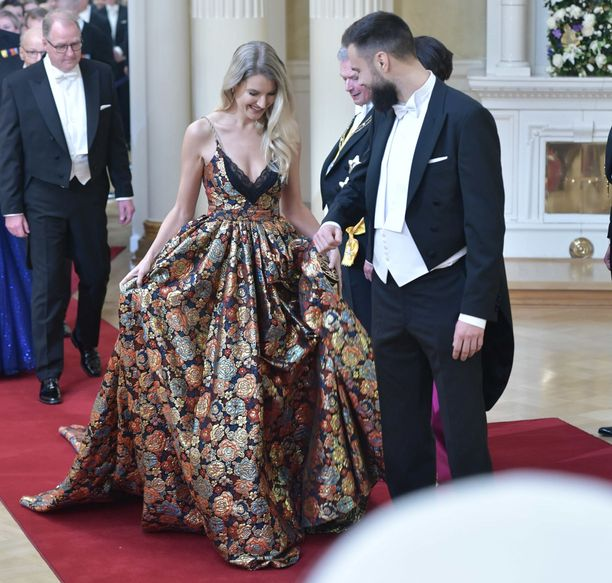Huuhkajat-kapteeni Tim Sparv ja hänen tyttöystävänsä Jitka Novackova kuuluivat Linnan juhlien kuvatuimpiin.