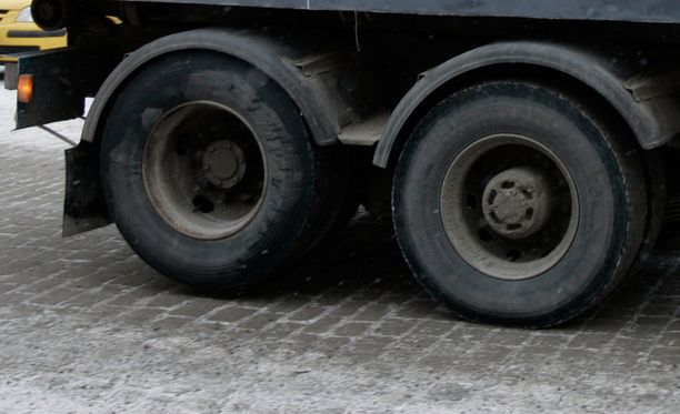 Kuorma-auton renkaat irtosivat yllättäen. Kuvituskuva.
