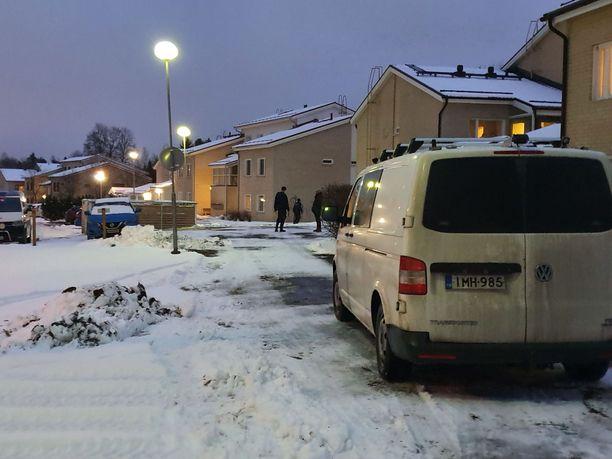 Poliisi tutki luhtitaloyhtiötä tiistai-iltapäivänä.
