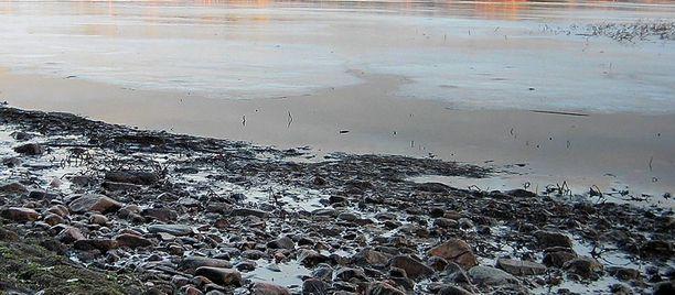 Jää on Oulujärvessä vielä heikkoa.