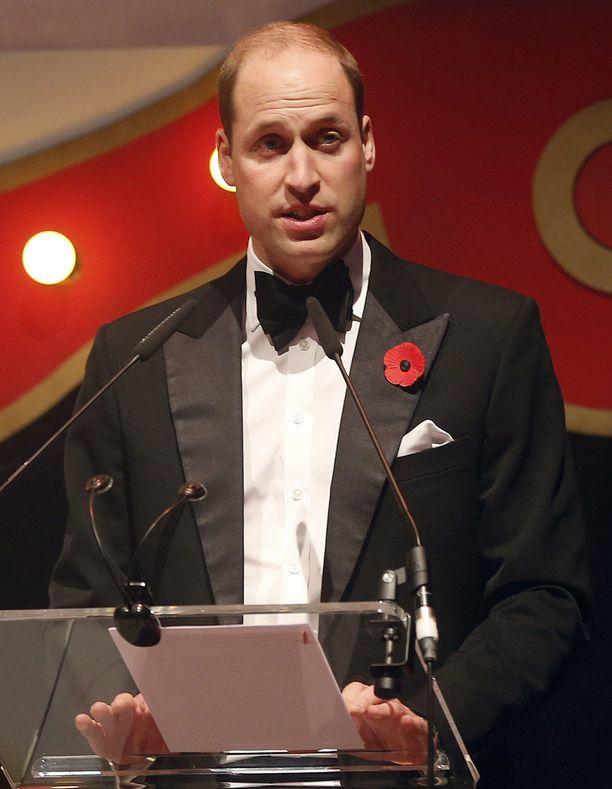 Prinssi William kertoi poikansa kuulumisia lontoolaisessa gaalassa.