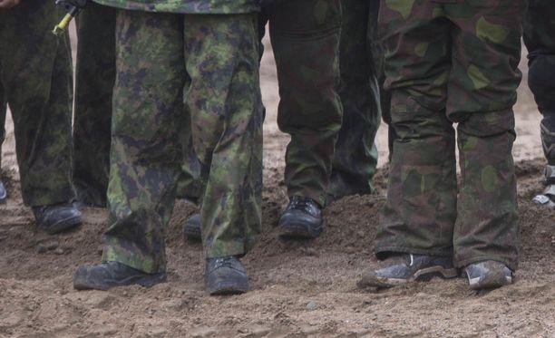 Hankkeen mukaan alaikäiset saisivat käyttää vapaaehtoisessa maanpuolustuskoulutuksessa puolustusvoimien harjoitusvälineitä ja vaatteita, mutta sotilaan tunnuksia he eivät saisi.