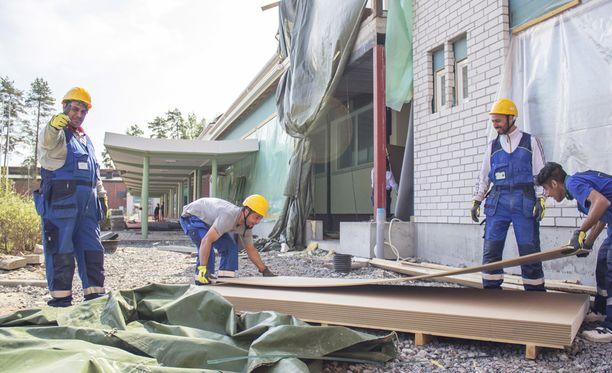 Kauhavan vastaanottokeskuksen osuuskunnan jäseniä on päässyt töihin rakennuskohteisiin.