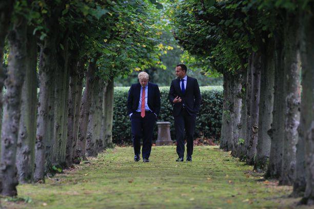 Boris Johnson keskusteli Irlannin pääministerin Leo Varadkarin kanssa Pohjois-Irlannin rajakysymyksestä viikko sitten. Ratkaisua kiistaan ei ole löytynyt.