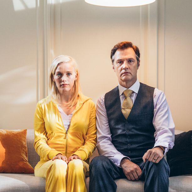 Theresan ja Jonin poikkeuksellinen käytös herättää yläkerrassa asuvan parin huomion.