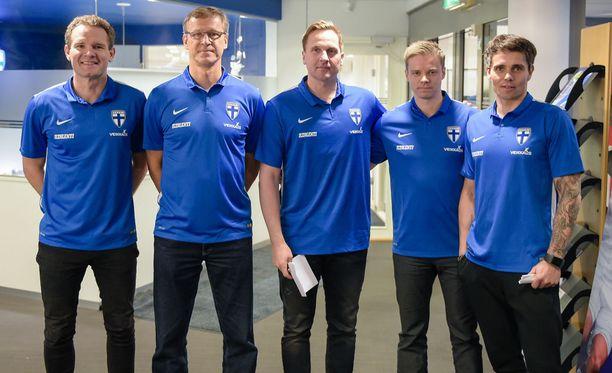 Videoanalyytikko Henri Lehto (toinen oikealta) täydentää A-maajoukkueen valmennusryhmän.