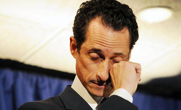 LIEMESSÄ Anthony Weiner myönsi pala kurkussa maanantaina kaksoiselämänsä.