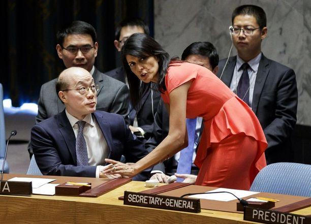 Yhdysvaltain YK-suurlähettiläs Nikki Haley keskusteli Kiinan YK-suurlähettiläs Liu Jieyin kanssa lauantaina New Yorkissa.