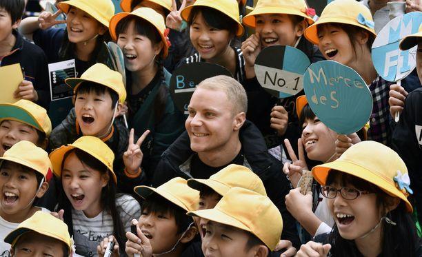Valtteri Bottas vieraili Suzukassa paikallisessa koulussa.