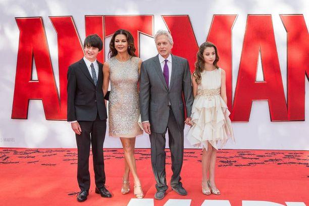 Michael Douglas ja Catherine Zeta Jones edustivat perheineen Ant-Man -elokuvan ensi-illassa Lontoossa.