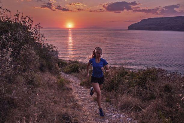 Noora Honkala harjoittelee Kreikan upeissa maisemissa.