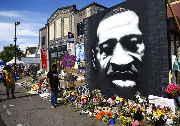 George Floydin muistomaalaus Minneapolisissa paikalla, jossa Floyd pidätettiin ennen kuin hän kuoli pidätystilanteessa.