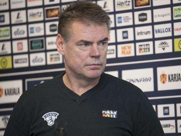 Raimo Helminen seurasi alle 20-vuotiaiden maajoukkueen päävalmentajana Jussi Ahokasta.