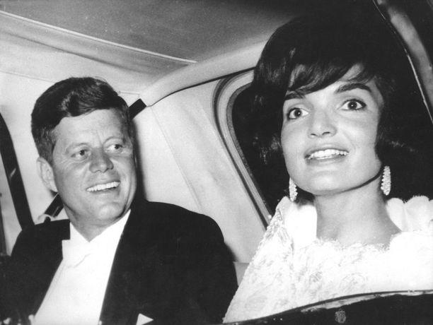 JFK ja Jackie toisena Pariisin-päivänään matkalla illallisille. JFK on juuri palannut kohtaamisesta ilotytön kanssa. Jackiella on päällään samanlainen Givenchyn mekko kuin ilotytöllä.