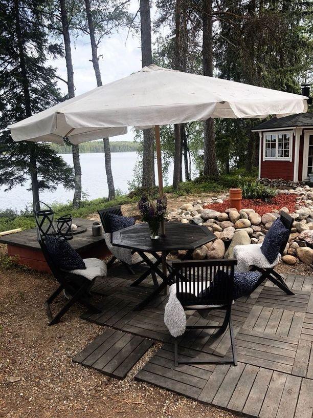 Aurinkovarjon alle pääsee kuumana päivänä aurinkoa pakoon. Kanniaiset rakensivat tontille myös huvimajan. Ulkolyhdyt Maiju on ostanut Balmuirilta.