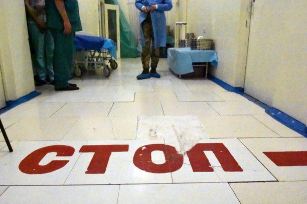 Myös sotasairaalassa on tarkka järjestys siitä, kuinka pitkälle saattajat pääsevät. Vakavastikin loukkaantuneiden kuljetusapu jää tämän linjan taakse.