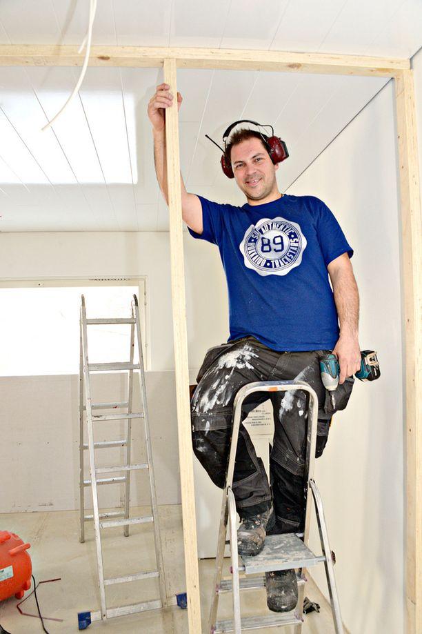 Rakennusalalla työskentelevä Perttu teki remontteja televisiossakin Tervetuloa kotiin -ohjelmassa.