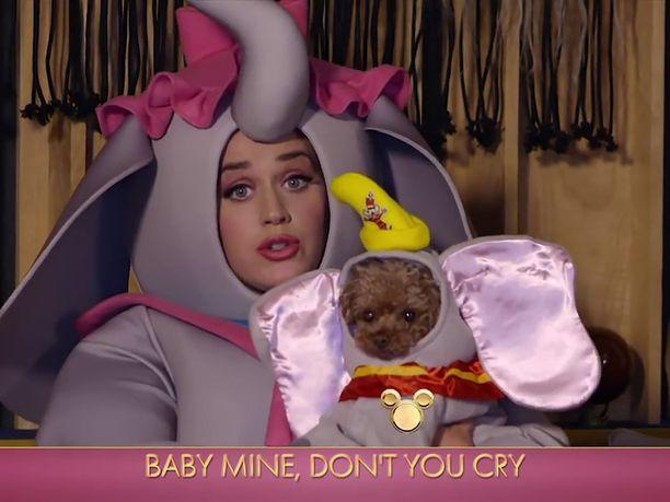 Katy Perry pukeutui Dumbon äidiksi Disneyn perheohjelmaa varten.