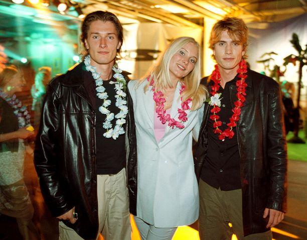 Tomi ja Annika Metsäketo sekä Sebastian Rejman Beach-bileissä elokuussa 2000.