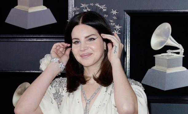 Lana Del Rey oli tietoinen uhasta, mutta veti keikkansa kuin ei olisi moksiskaan.